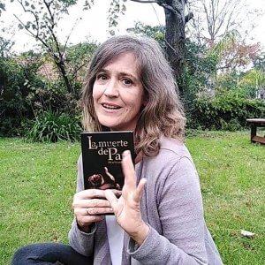 """Alicia Escardó con el libro """"La muerte de Pan"""""""